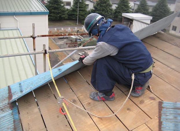 屋根補修のための解体作業